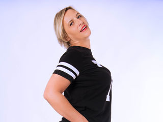Voir le liveshow de  LuisaCute de Livejasmin - 40 ans - I sit down on you ... Oh, I love the feel of it in ...
